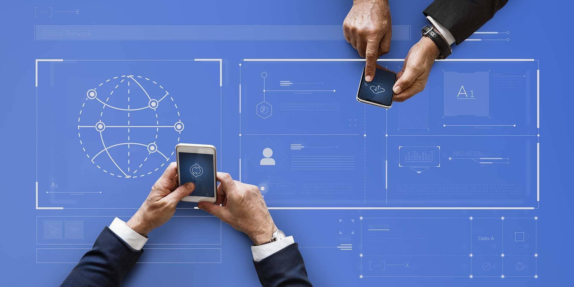 Due persone controllano i propri dati salvati online con Safebackup