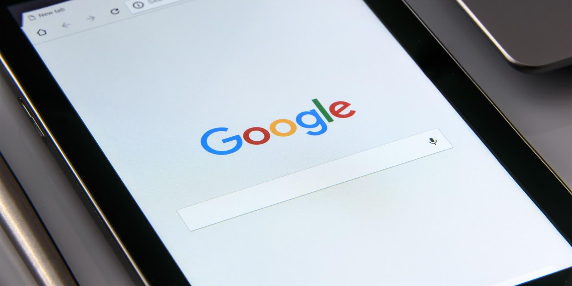 Tablet con schermata iniziale di chermata iniziale di Google Chrome: il nuovo algoritmo Google BERT fornirà risposte più pertinenti