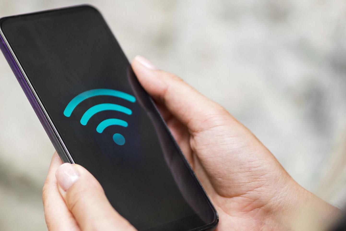 ottimizzare il wifi: smartphone con simbolo del wifi a piena connessione