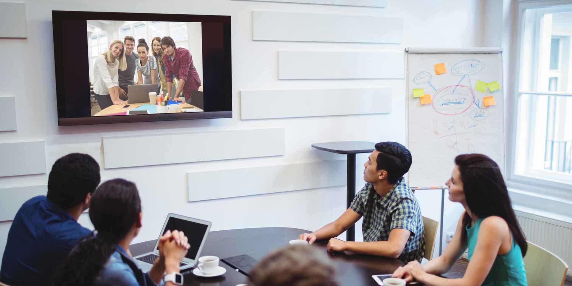 Una sala aziendale per le videoconferenze ben attrezzata può risolvere molti dei problemi che hai durante le videoriunioni e ti aiuta a concentrarti sull'interlocutore